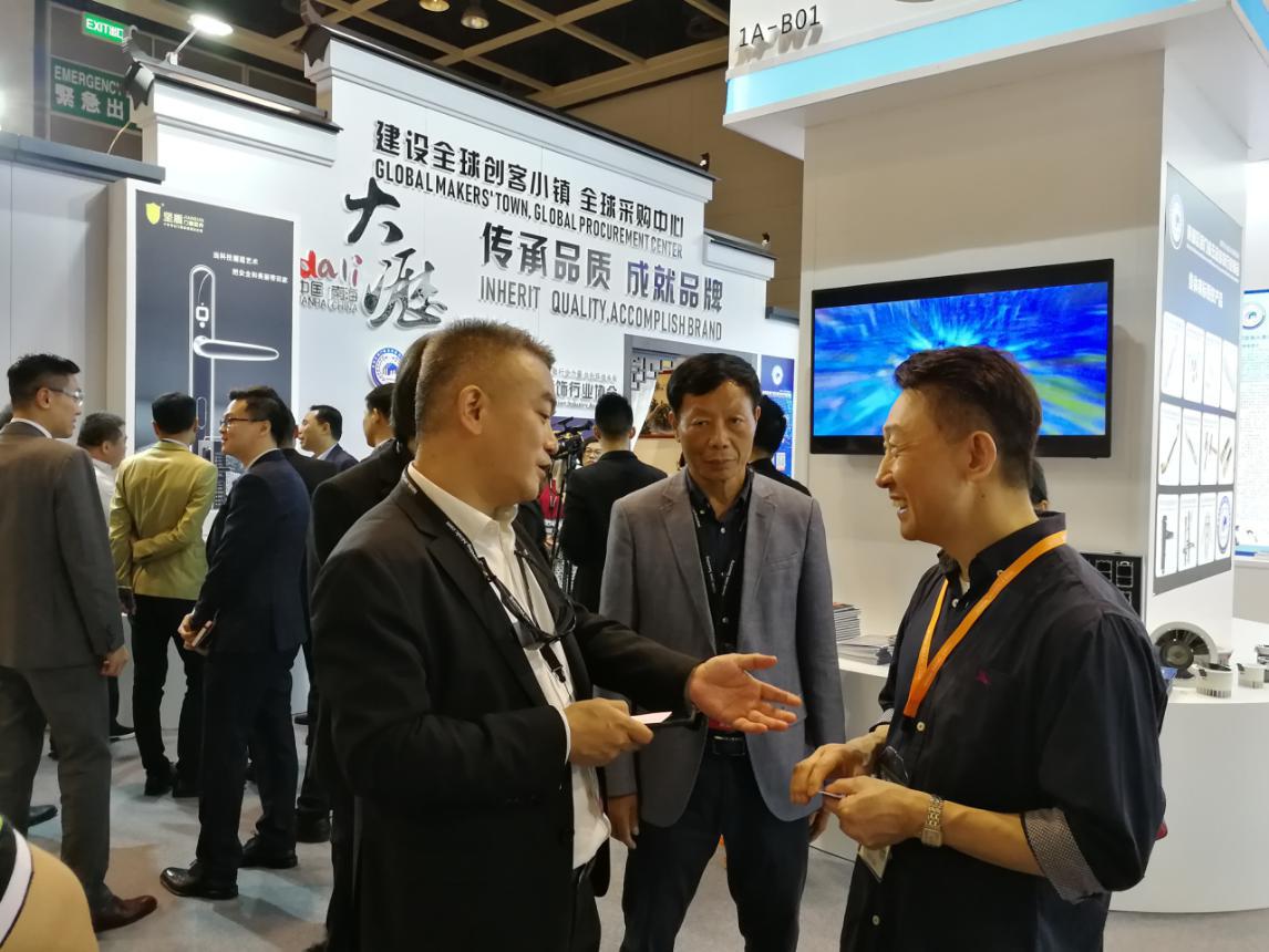 吴泽成(中)、麦客(左)与香港贸易发展局副总裁周啟良(右)交流